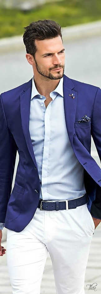 Cómo combinar: blazer azul, camisa de vestir celeste, pantalón chino blanco, pañuelo de bolsillo a lunares en azul marino y blanco