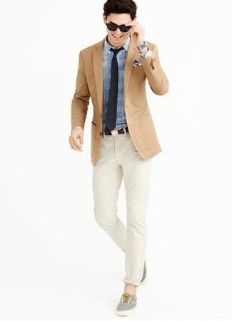 Cómo combinar: blazer marrón claro, camisa de vestir de tartán azul, pantalón chino en beige, tenis grises