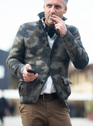 Cómo combinar: blazer de lana de camuflaje verde oscuro, camisa de vestir blanca, pantalón chino marrón, bufanda a lunares en negro y blanco