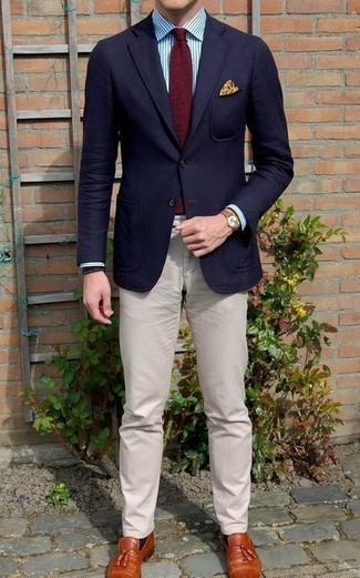 Cómo combinar: blazer de lana azul marino, camisa de vestir de rayas verticales en blanco y azul, pantalón chino en beige, mocasín con borlas de cuero en tabaco
