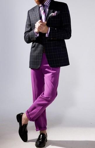 Cómo combinar: blazer de tartán negro, camisa de vestir de rayas verticales morado, pantalón chino morado, mocasín de cuero negro