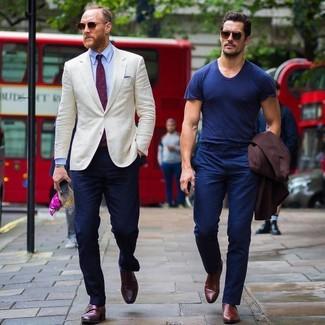 Cómo combinar: blazer en beige, camisa de vestir celeste, pantalón chino azul marino, zapatos con doble hebilla de cuero burdeos