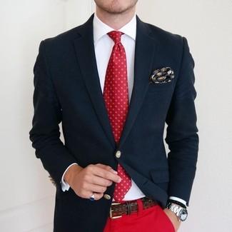 Cómo combinar: blazer azul marino, camisa de vestir blanca, pantalón chino rojo, corbata estampada roja