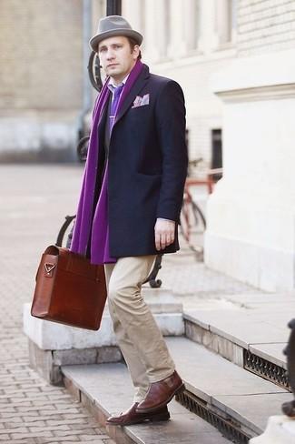 Cómo combinar: blazer en gris oscuro, camisa de vestir blanca, pantalón chino en beige, zapatos brogue de cuero marrónes