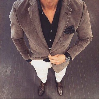 Look de moda: Blazer de algodón marrón, Camisa de vestir negra, Pantalón chino blanco, Zapatos con doble hebilla de cuero en marrón oscuro