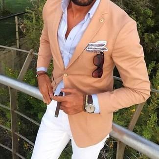 Cómo combinar: blazer marrón claro, camisa de vestir celeste, pantalón chino blanco, gafas de sol en marrón oscuro