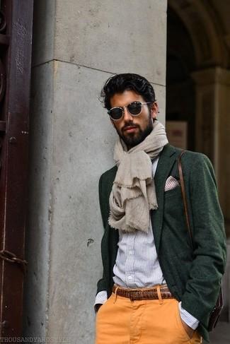 Cómo combinar: blazer de lana verde oscuro, camisa de vestir de rayas verticales celeste, pantalón chino naranja, bolso mensajero de cuero marrón