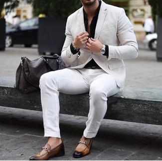 Cómo combinar: blazer de lino en beige, camisa de vestir negra, pantalón chino blanco, mocasín de cuero marrón claro