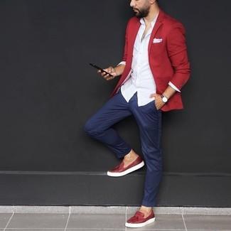 Cómo combinar: blazer rojo, camisa de vestir blanca, pantalón chino azul marino, mocasín con borlas de cuero rojo