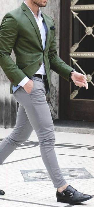 Cómo combinar: blazer verde oliva, camisa de vestir blanca, pantalón chino gris, zapatos con doble hebilla de cuero negros