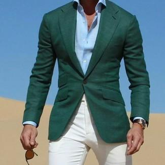 Cómo combinar: blazer verde oscuro, camisa de vestir celeste, pantalón chino blanco, gafas de sol en marrón oscuro