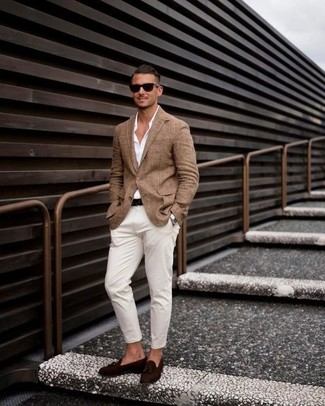 Cómo combinar: blazer marrón, camisa de vestir blanca, pantalón chino blanco, mocasín con borlas de ante en marrón oscuro