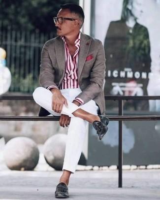 Cómo combinar: blazer marrón, camisa de vestir de rayas verticales en blanco y rojo, pantalón chino blanco, mocasín con borlas de cuero negro