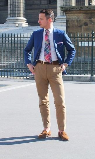 Ponte un blazer azul de hombres de Kiton y un pantalón chino marrón claro para las 8 horas. Complementa tu atuendo con mocasín de ante marrón.