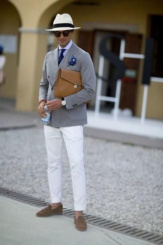 Cómo combinar: blazer de algodón gris, camisa de vestir violeta claro, pantalón chino blanco, mocasín con borlas de ante marrón