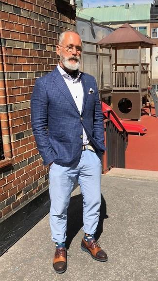 Cómo combinar: blazer a cuadros azul, camisa de vestir blanca, pantalón chino celeste, zapatos derby de cuero en tabaco