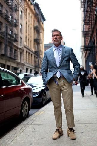 Empareja un blazer azul de Kiton con un pantalón chino marrón claro para después del trabajo. Completa el look con botas safari de ante marrón claro.