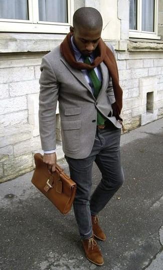 Cómo combinar: blazer de lana gris, camisa de vestir blanca, pantalón chino de pana negro, botas safari de ante marrónes