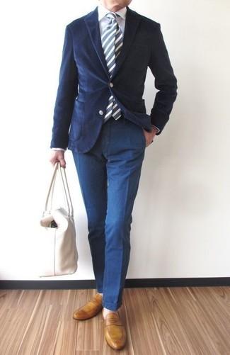 Cómo combinar: blazer de pana azul marino, camisa de vestir blanca, pantalón chino azul marino, mocasín de cuero mostaza