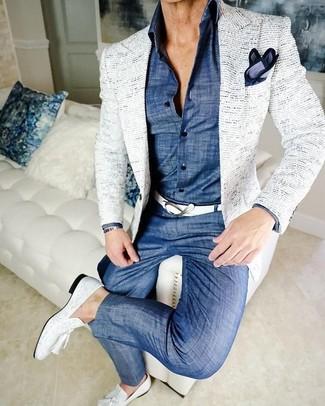 Cómo combinar: blazer de tweed blanco, camisa de vestir de cambray azul, pantalón chino de cambray azul, mocasín con borlas de cuero blanco
