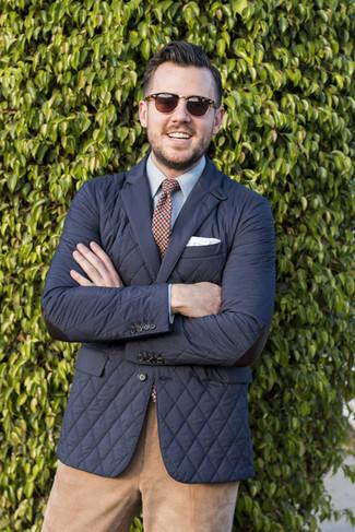 Cómo combinar: blazer acolchado negro, camisa de vestir celeste, pantalón chino de pana marrón claro, corbata de tartán en blanco y rojo y azul marino