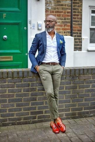 Cómo combinar: blazer azul, camisa de vestir blanca, pantalón chino verde oliva, mocasín con borlas de cuero rojo