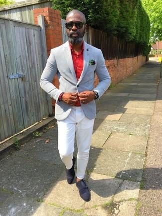 Cómo combinar: blazer gris, camisa de vestir roja, pantalón chino blanco, zapatos con doble hebilla de ante negros