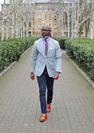 Cómo combinar: blazer gris, camisa de vestir rosada, pantalón chino azul marino, zapatos con doble hebilla de cuero en tabaco