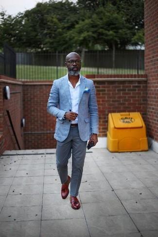 Cómo combinar: blazer celeste, camisa de vestir blanca, pantalón chino gris, mocasín con borlas de cuero rojo