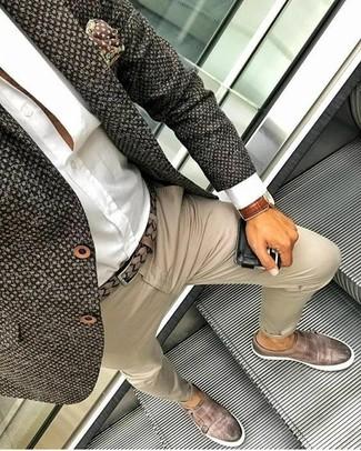 Cómo combinar: blazer de tweed en marrón oscuro, camisa de vestir blanca, pantalón chino en beige, zapatos con doble hebilla de cuero marrónes