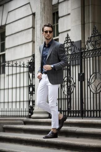 Cómo combinar: blazer a cuadros en gris oscuro, camisa de vestir azul marino, pantalón chino blanco, zapatos con doble hebilla de cuero negros