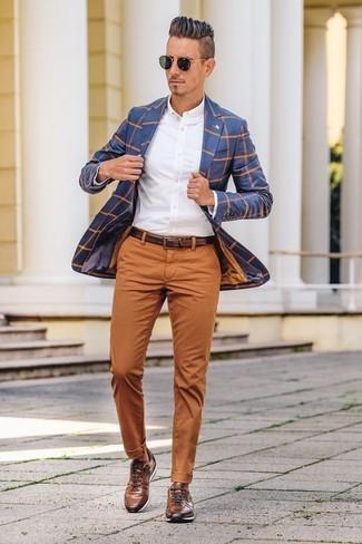 Cómo combinar: blazer a cuadros azul, camisa de vestir blanca, pantalón chino en tabaco, tenis de cuero marrónes