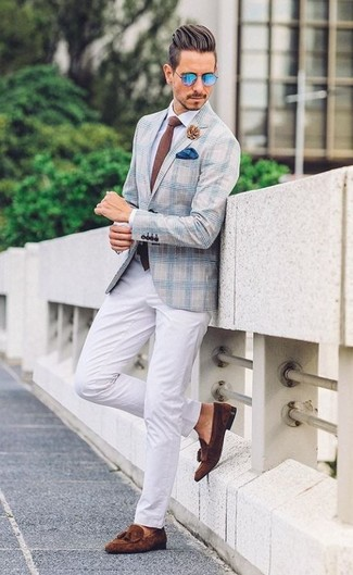 Look de moda: Blazer de tartán celeste, Camisa de vestir blanca, Pantalón chino blanco, Mocasín con borlas de ante en marrón oscuro