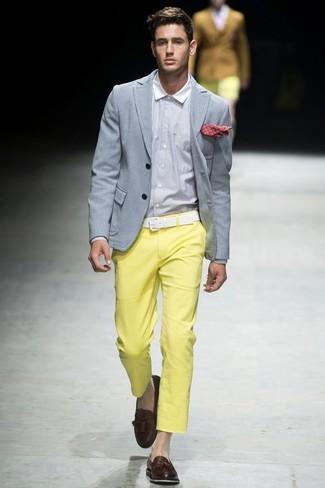 Cómo combinar: blazer gris, camisa de vestir blanca, pantalón chino amarillo, mocasín con borlas de cuero en marrón oscuro