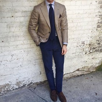 Cómo combinar: blazer marrón, camisa de vestir celeste, pantalón chino azul marino, mocasín con borlas de ante en marrón oscuro