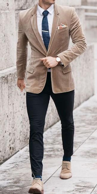 Cómo combinar: blazer de pana marrón claro, camisa de vestir blanca, pantalón chino negro, botas safari de ante en beige