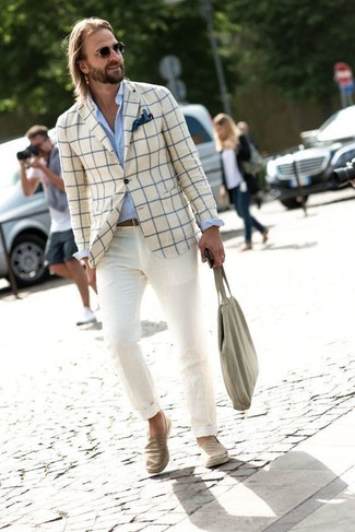 Cómo combinar: blazer a cuadros en beige, camisa de vestir celeste, pantalón chino en beige, zapatillas slip-on vaqueras en beige