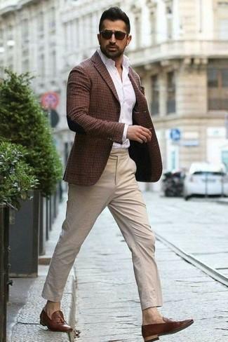 Cómo combinar: blazer a cuadros en marrón oscuro, camisa de vestir blanca, pantalón chino en beige, mocasín con borlas de cuero marrón