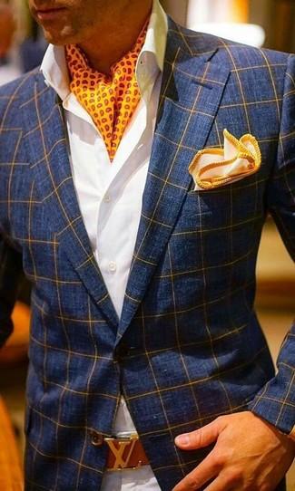 Cómo combinar: blazer a cuadros azul marino, camisa de vestir blanca, pantalón chino en beige, pañuelo de bolsillo naranja