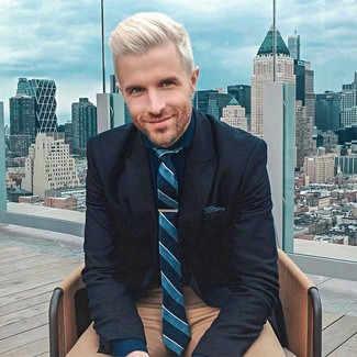 Cómo combinar: blazer de lana azul marino, camisa de vestir azul marino, pantalón chino marrón, corbata de rayas verticales en verde azulado