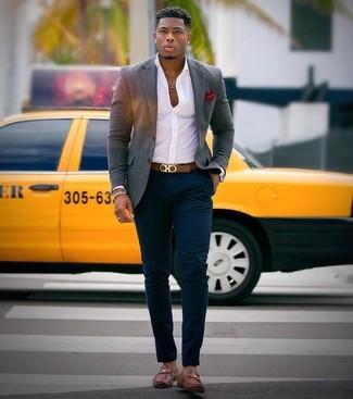 Cómo combinar: blazer de lana gris, camisa de vestir blanca, pantalón chino azul marino, mocasín de cuero marrón