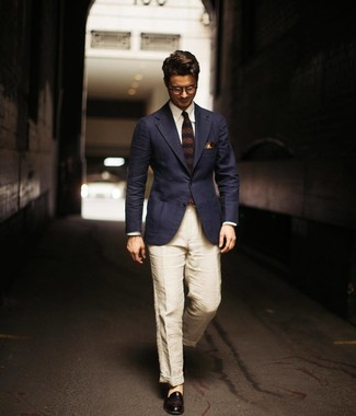 Cómo combinar: blazer azul marino, camisa de vestir blanca, pantalón chino de lino en beige, mocasín de cuero negro