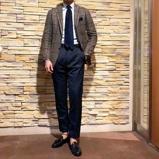 Cómo combinar: blazer a cuadros marrón, camisa de vestir celeste, pantalón chino azul marino, mocasín con borlas de cuero negro
