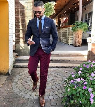 Cómo combinar: blazer a cuadros en gris oscuro, camisa de vestir celeste, pantalón chino burdeos, zapatos brogue de cuero marrónes