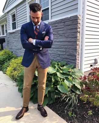 Cómo combinar: blazer azul marino, camisa de vestir celeste, pantalón chino marrón claro, zapatos oxford de cuero en marrón oscuro