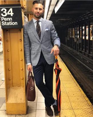 Cómo combinar: blazer de tartán gris, camisa de vestir blanca, pantalón chino azul marino, mocasín de ante en marrón oscuro