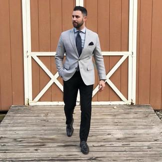 Cómo combinar: blazer gris, camisa de vestir gris, pantalón chino negro, zapatos derby de cuero negros