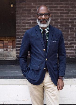 Cómo combinar: blazer de algodón azul marino, camisa de vestir de tartán verde oscuro, pantalón chino en beige, corbata de rayas verticales azul marino
