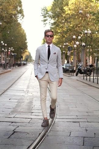 Cómo combinar: blazer gris, camisa de vestir blanca, pantalón chino en beige, mocasín gris