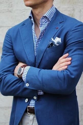 Look de moda: Blazer Azul, Camisa de Vestir de Cuadro Vichy Azul, Pantalón Chino Beige, Pañuelo de Bolsillo de Paisley Azul